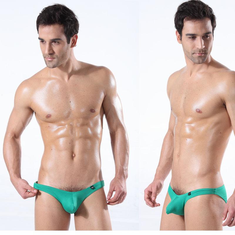 Männer pinkeln in Unterhosen